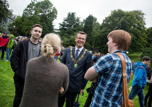 Rector Dag Rune Olsen chatting with new students at the University of Bergen in Nygårdsparken on 12 August 2014 for the official start of the academic year 2014/2015.