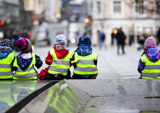 Barn med refleksvest på Torgalmenningen