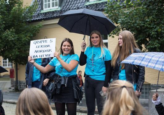 Faddere med turkise t-skjorter, samler inn sine grupper, her: Lektorstudentene