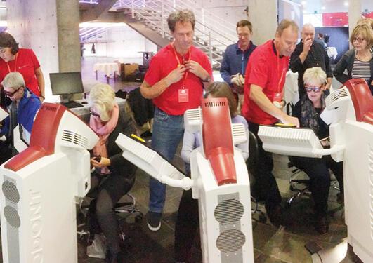 Stor interesse fra bergenske universitetsfolk for simulatorene fra Institutt for klinisk odontologi. Instruktører i røde t-skjorter er (fra venstre) Marit Øilo, Jan Otto Forthun og Inge Fristad.