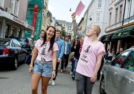 Fadderledere leder en gruppe ferske studenter gjennom gatene i Bergen.