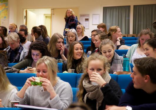 Studenter spiser og diskuterer under Fagkritisk dag i Stort auditorium