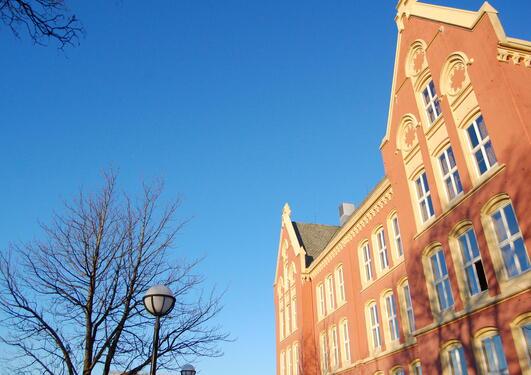 det juridiske fakultet  opp mot blå himmel.