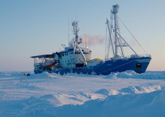N-ICE 2015 er ein spektakulær forskningskampanje. I januar lot forskningsfartyet RV Lance seg fryse fast i sjøisen i Arktis for å drive med isen gjennom eit halvt år. Forskarar frå heile Norge og fleire andre land  deltek puljevis fram til juni .