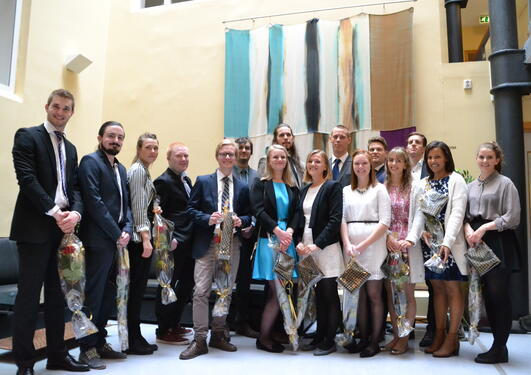 Seksten studentar tok del i årets seremoni for avleverte masteroppgåver ved Institutt for samanliknande politikk i på torsdag 4. juni.