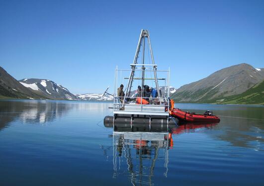 Flåte i Uralfjellene på vannet