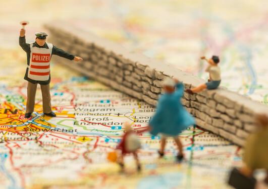 Kart over Europa med med modeller av mur og mennesker