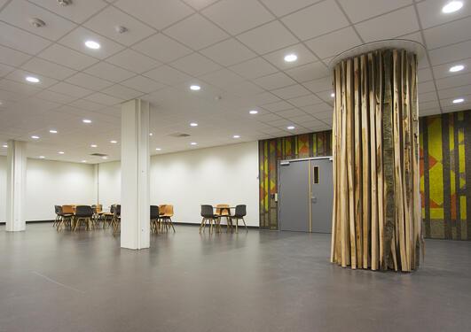 """Kunstverket """"Nina"""" av kunstnar Anngjerd Rustand blei avduka i Armauer Hansens Hus tysdag 15. desember."""