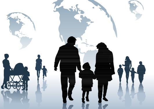 Silhuetter av foreldre og barn mot en blå bakgrunn.