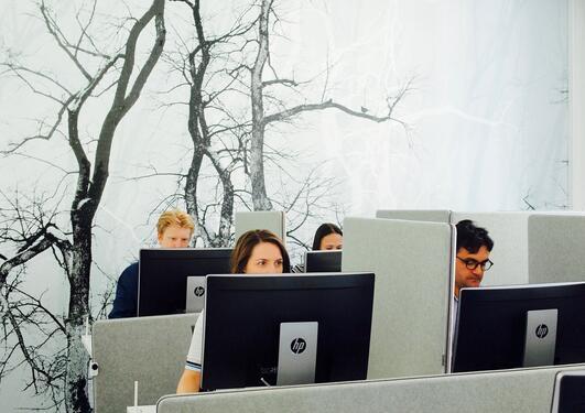 Bilde av folk i lab