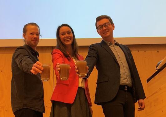"Stig Ove Fosse, Linda marie hammersland og Åsmund Kaupang holder fram ""drinkwell"""