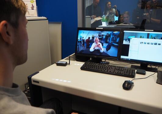Her sees et bilde av en dataskjerm som viser eye-tracking-systemet. Det er uthevet hvor blikket er festet.