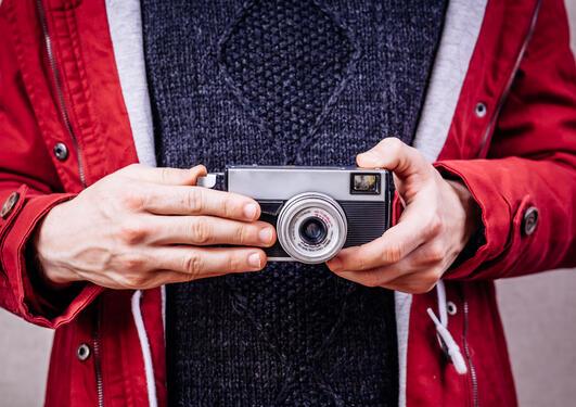 hender som holder et fotoapparat