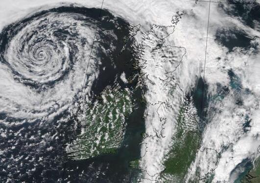 Værfronter markerer skillet mellom varme, fuktige og kalde, tørre luftmasser. Satellittbildet viser en kald front som passerer Europa om sommeren, med et lavtrykk nordvest for Irland og tordenvær som bygges opp foran fronten. Foto: NERC Satellit Receiving