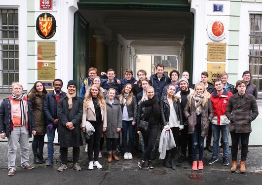 Studenter fra sammenliknende politikk på studietur i Praha