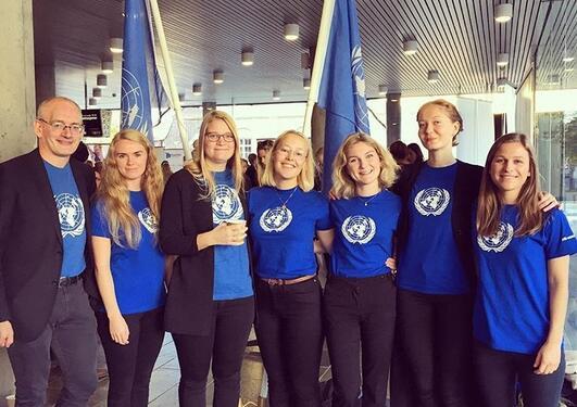 Praksisstudenter i FN-sambandet Vest på stand