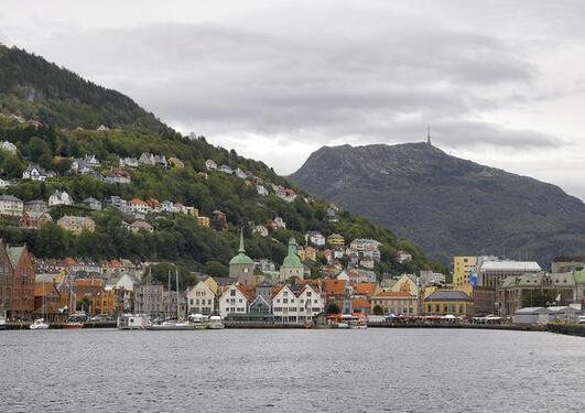 Bilde av innseilingen til Bergen, med Fisketorget og Ulriken i bakgrunnen.