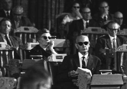 Einar Gerhardsen på Stortinget iført solbriller