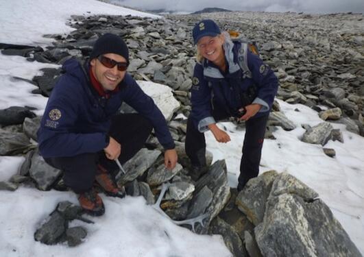 Bilde av to personer med funnet av reinsdyrgevir