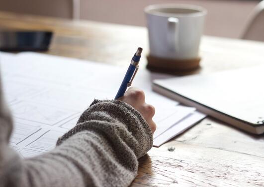 Person som skriver med penn