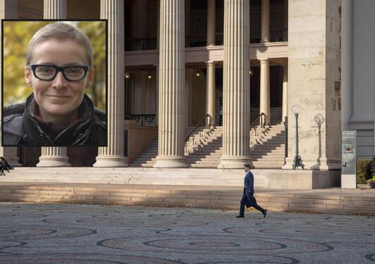 Bilde av Randi Gressgård på bakgrunn av framsida av eit universitet.