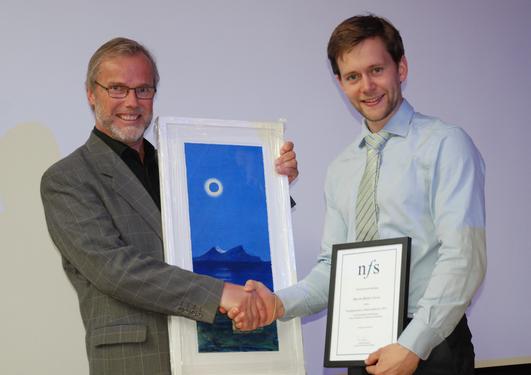 Martin Greve mottar prisen fra Erik Ellingsæter