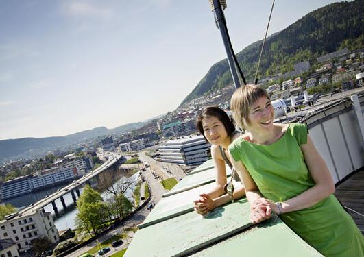TIDSREISANDE I KLIMA: Forskarane Camille Li og Bjørg Risebrobakken på taket til Bjerknessenteret for klimaforsking, der dei to jobbar med å finne svara om klimaet i framtida.