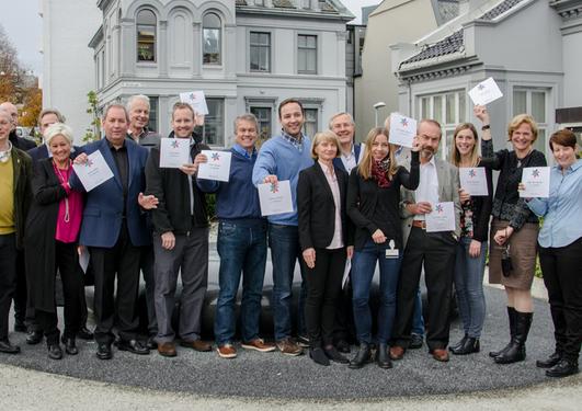 Glade kreftforskarar ved UiB saman med rektor Dag Rune Olsen og leiar for Kreftforeininga Anne Lise Ryel