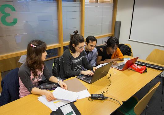 Studenter i gruppearbeid