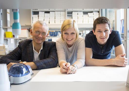 Forskargruppa: Professor Eystein Sverre Husebye (t.v.) saman med molekylærbiologane Bergithe Eikeland Oftedal og Aleksander Hellesen