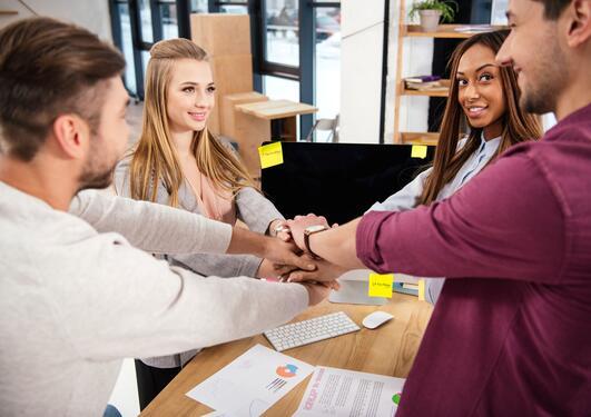 Bilde viser en gruppe som samarbeider
