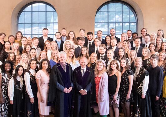 Alle kandidatene som deltok på Bachelorseremonien 2018 på scenen i Universitetsaulaen.