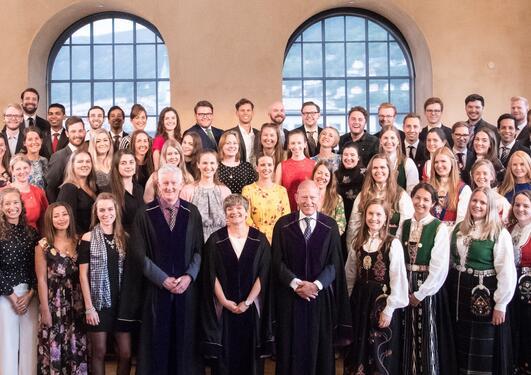 Alle kandidatene som deltok på Masterseremonien 2018 på scenen i Universitetsaulaen.