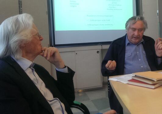 Professor Emeritus Gunnar Håland foreleser om instituttets historie, mens Professor Emeritus Jan-Petter Blom følger nøye med.