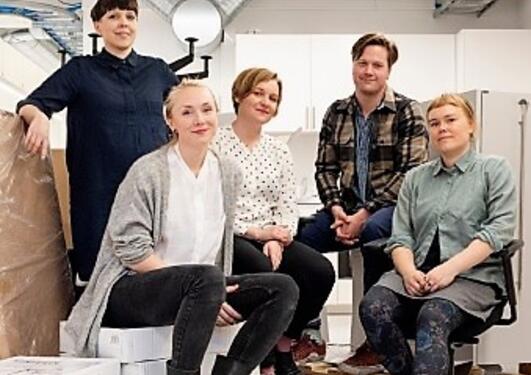 Bilde av 5 personer i verksted / studio