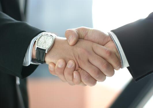 To menn håndhilser