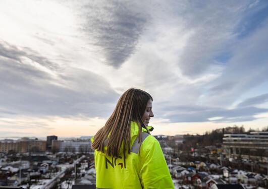 Heidi ser ut over Oslo