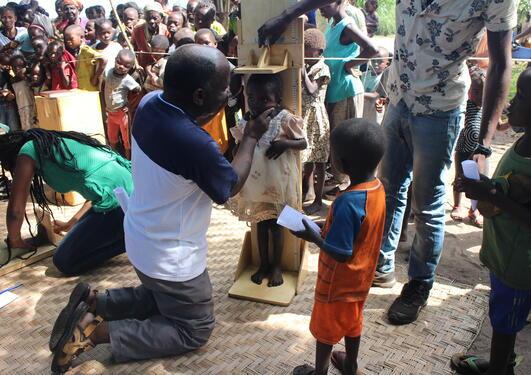 Høydemåling av barn i Kongo