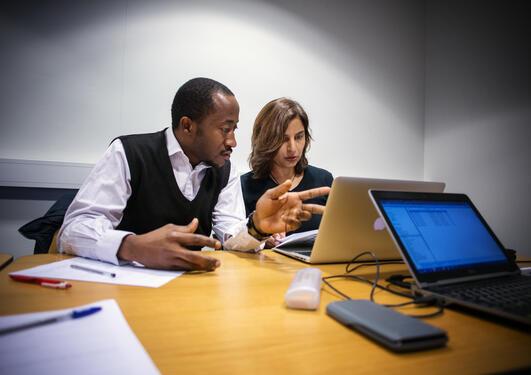 Masterstudent Chukwuemeka S. Agbo fra Nigeria og ph.d.-student Hamidah Hussain fra Pakistan løser helseøkonomiske nøtter under et kurs i helseøkonomi ved Universitetet i Bergen våren 2014.