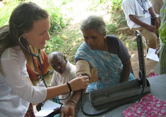 En forsker fra Senter for internasjonal helse ved Universitetet i Bergen foretar en helsesjekk i India.