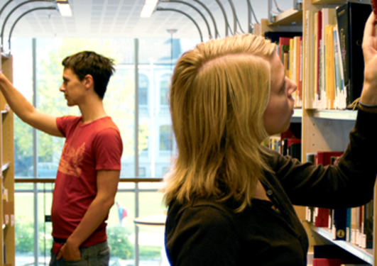 Bilde av studenter på biblioteket