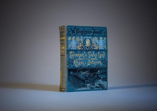 Foto av en historisk bok om norsk-kinesiske relasjoner.