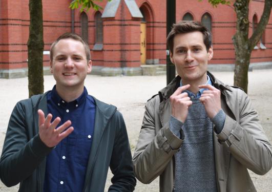 Bilde av Ole Hjortland og Pål Antonsen som står utenfor Johanneskirken