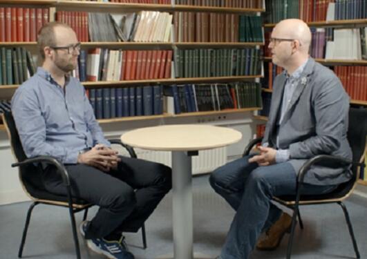 Bilde av Espen Gamlund og Lars Svendsen i samtale om frihet.