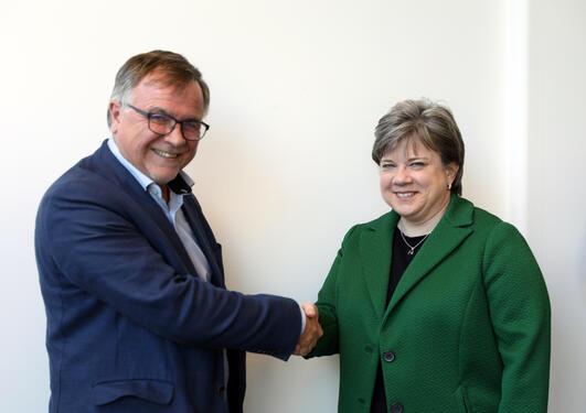 Universitetsdirektør Kjell Bernstrøm og leder for Watson-utvikling ved IBM, Beth Smith.