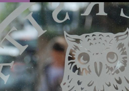 deler av uib emblemet hvir man ser mennesker spm går i bakgrunnen