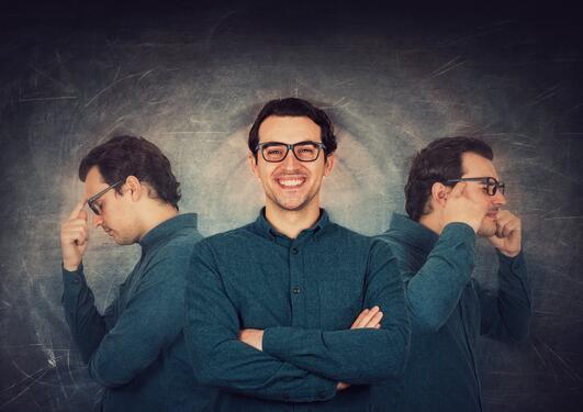 Tre utgaver av samme mann, med ulike ansiktsutrykk