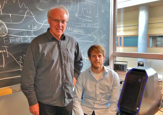 Arvid og Alexander Lundervold på kontor med datamaskinen