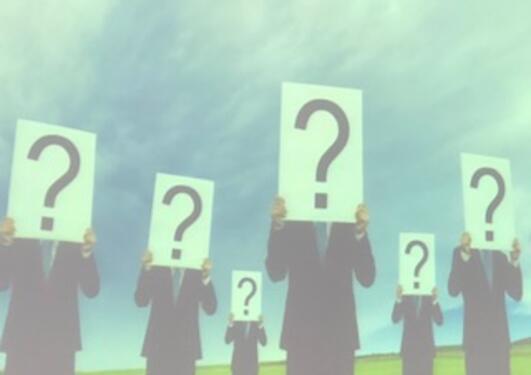 Illustrasjon - mennesker holder plakter med spørsmålstegn