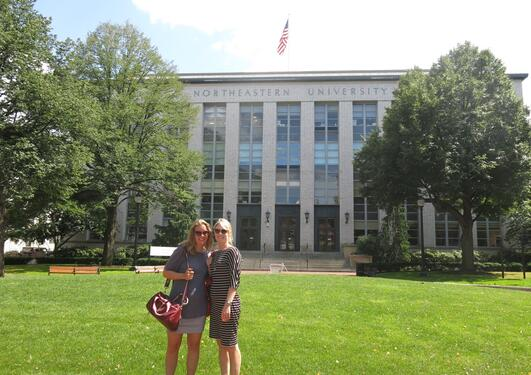 Reidun og Kristine foran Northeastern University i Boston